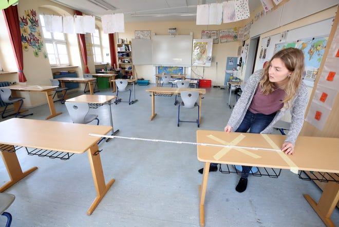desks-6-feet-apart